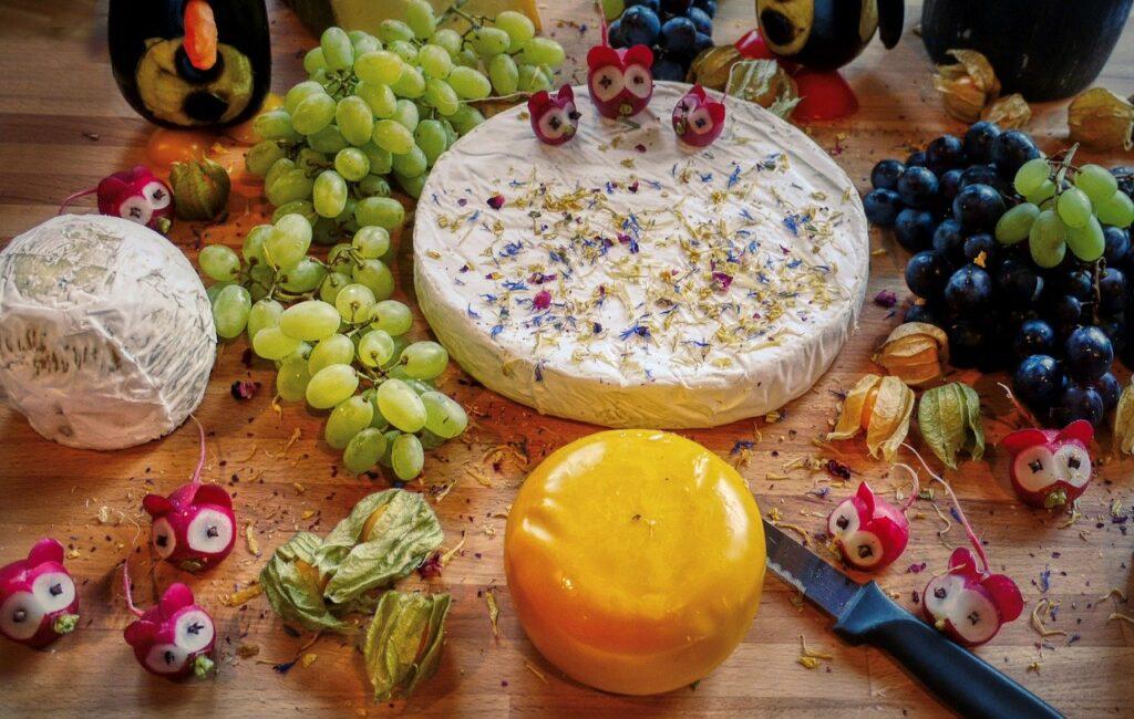 käseplatte, cheese, radishes